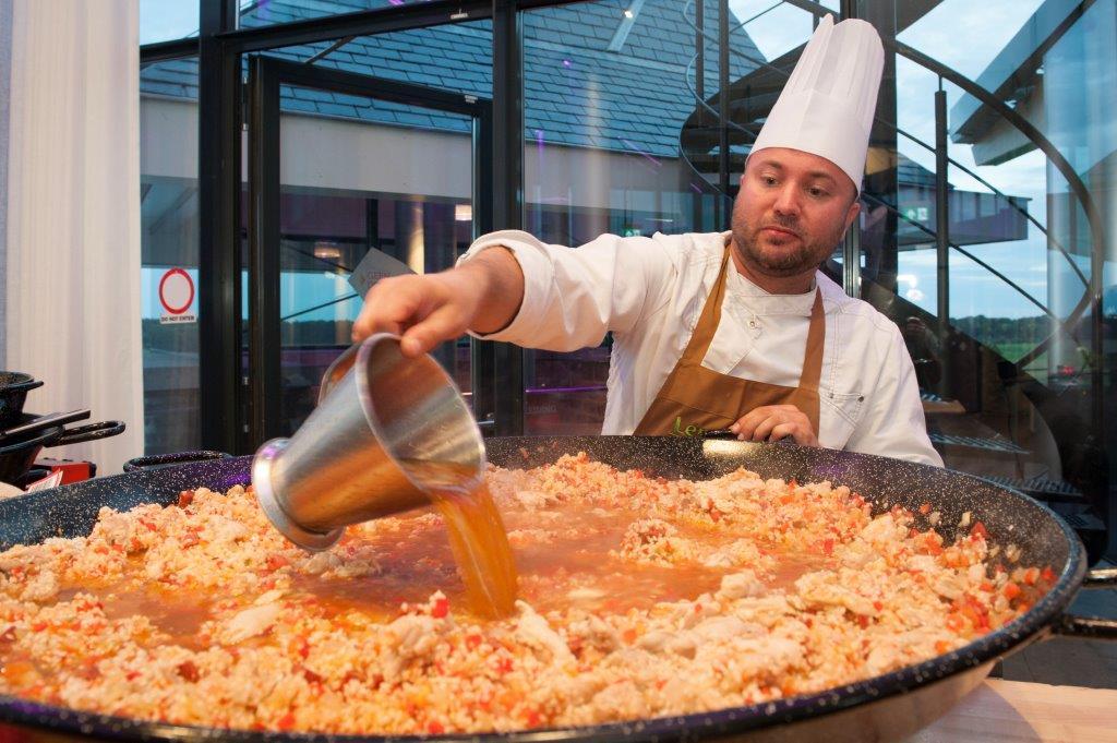 Een grote pan met voedsel